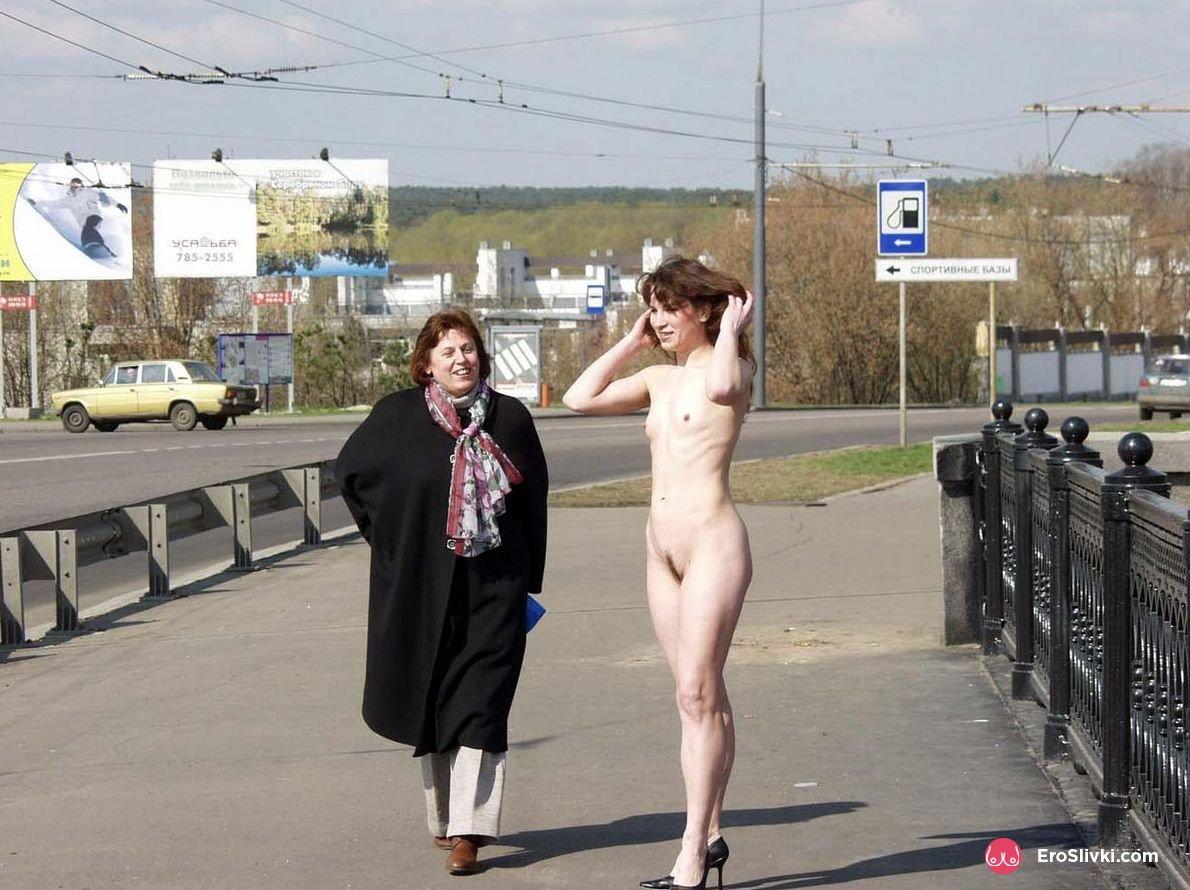 Русская брюнеточка без комплексов делает селфи голенькой на мосту