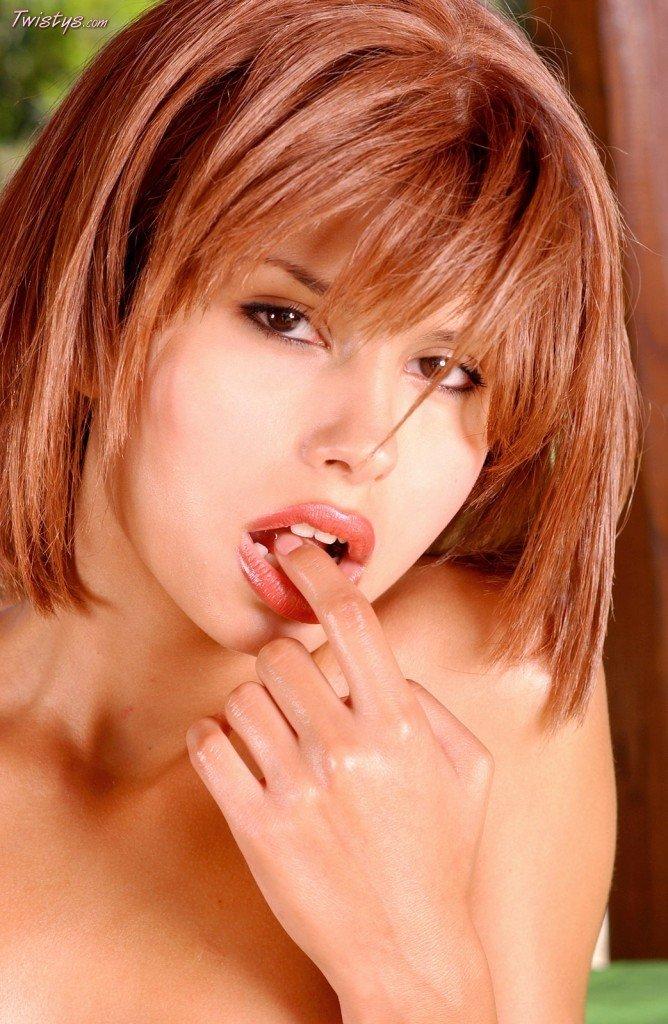 Рыжая красоточка Marie Twistys принимает соблазнительные позы и берет в рот свои пальчики