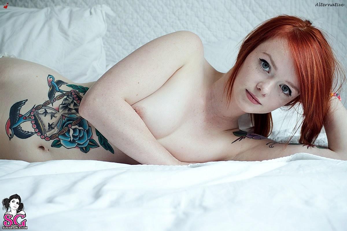 Рыжеволосая секс леди из Шотландии сильно татуированна