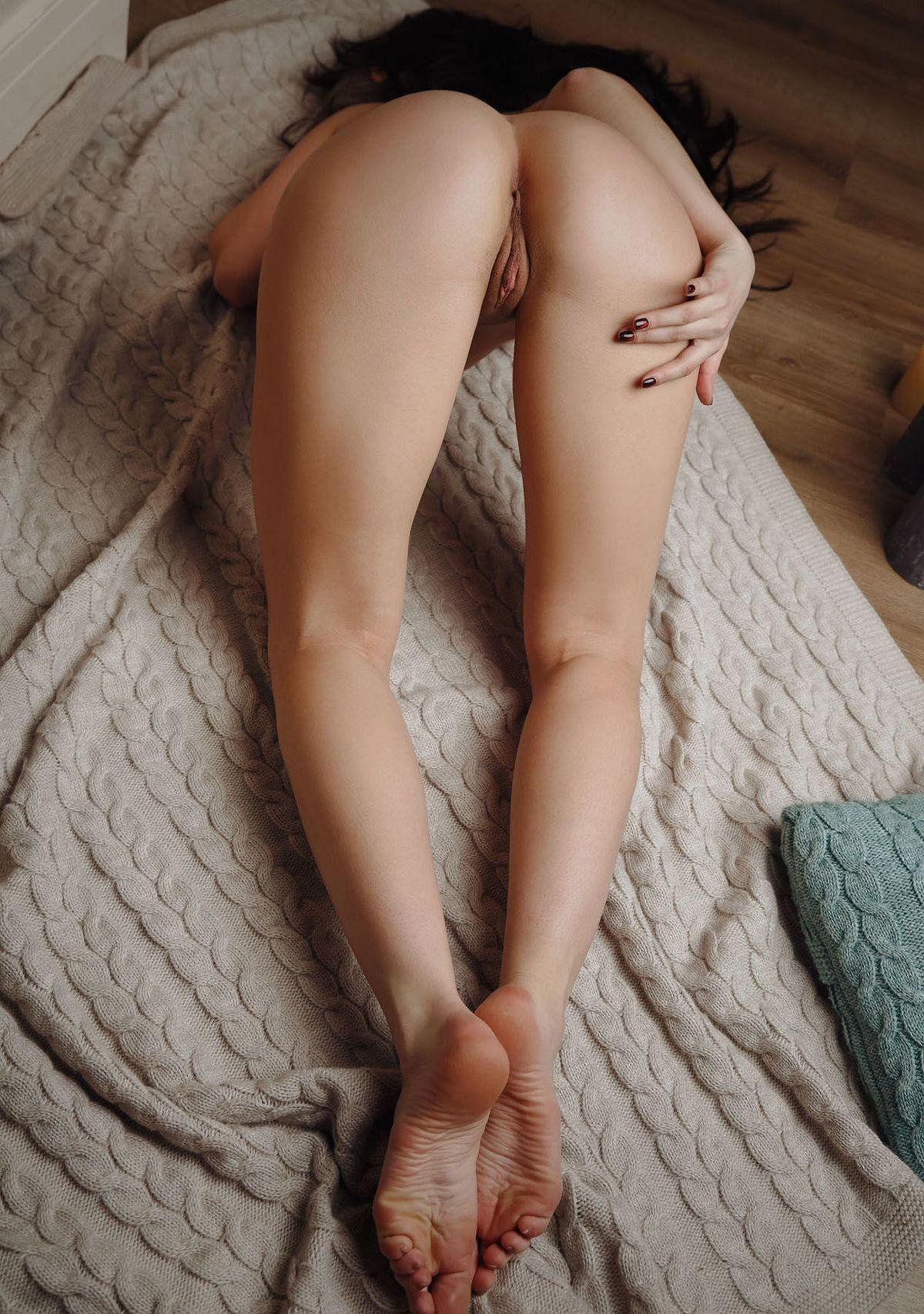 Достаточно раскрепощенная тёлка раздвигает ножки
