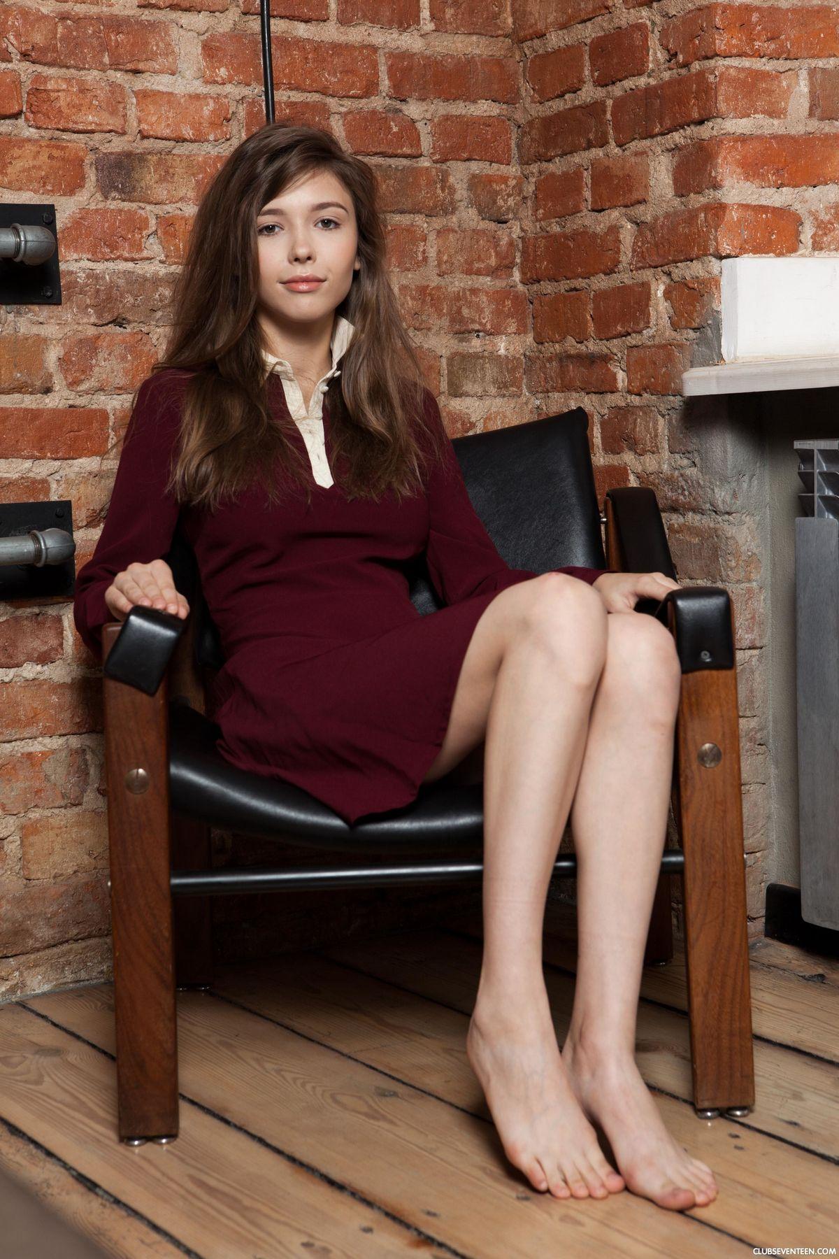 Красоточка Миа раздвигает ножки