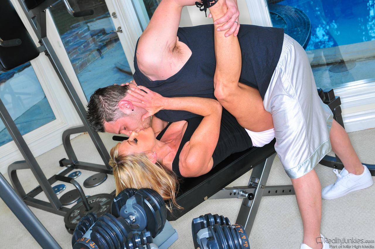 Титястая милфа Shayla Laveaux пришла в спортзал, чтобы соблазнить и трахнуть тренера