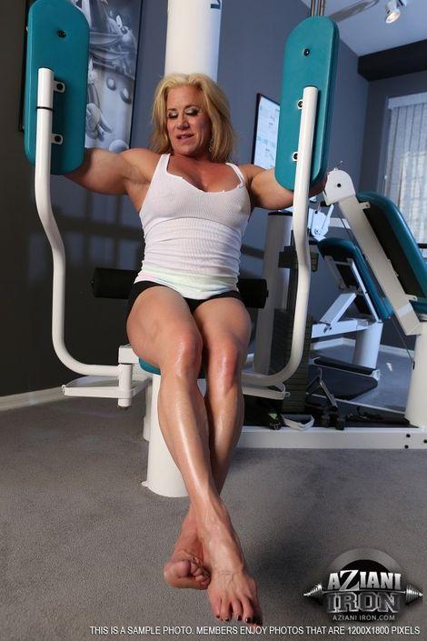 Культуристка обнажилась в спортзале и обнажила влажную пилотку и милые сиськи