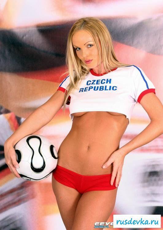 Раздетая шлюха с футбольным мячом
