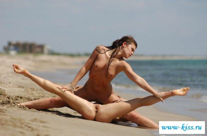 Нагие восемнадцатилетние акробатки на морском берегу