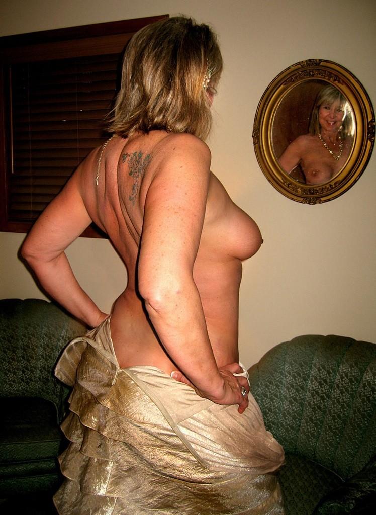 Взрослая сестра снимает платье после вечеринки