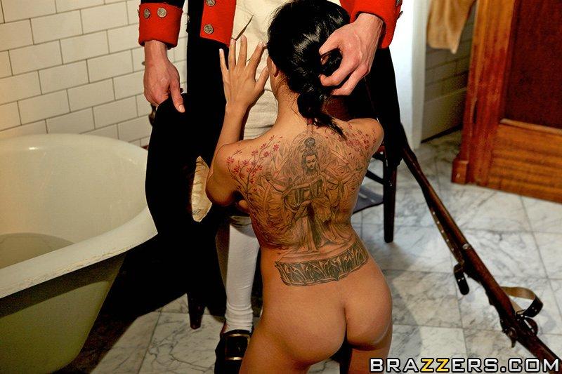 Черноволосую Lela Star с татуированной спиной отымел большой парнишка