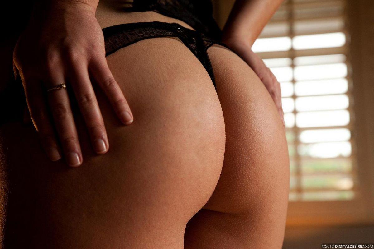 Бритая красотка-шатенка Lexi Swallow в чёрном нижнем белье светит попку
