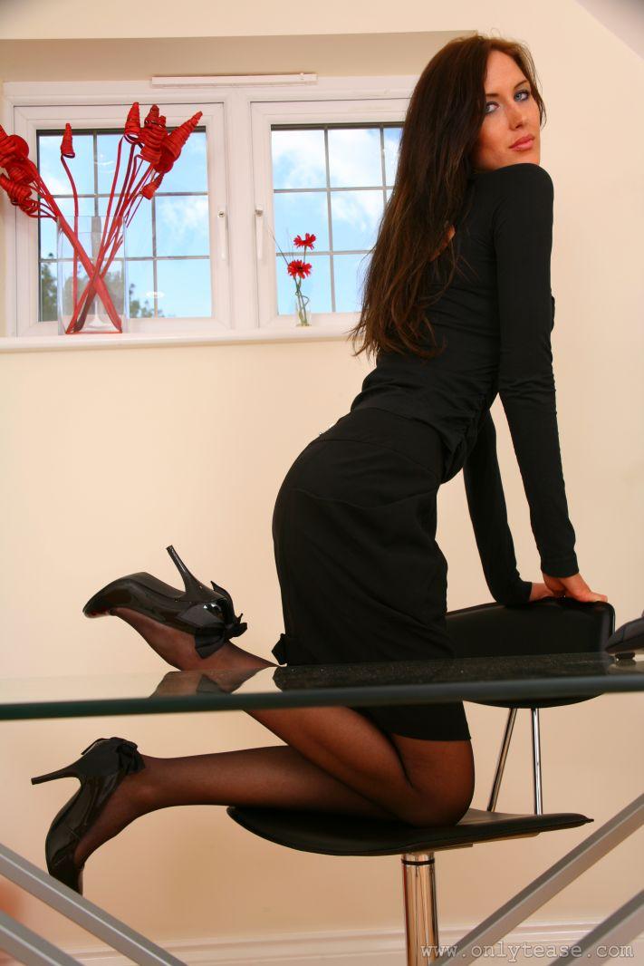 Ухоженная милашка в эротическом белье на высоких каблуках Andrea Onlytease снимает лифчик и прикрывает ладонями свои большие буфера