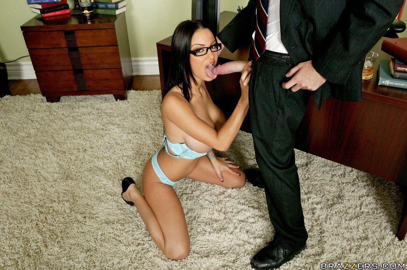Брюнеточку в очках с отличным телом Angelina Valentine раздели и поимели в офисе