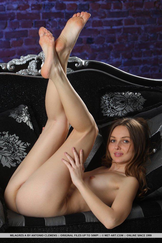 Сексуальная Paulina R спешно стаскивает топ и шортики