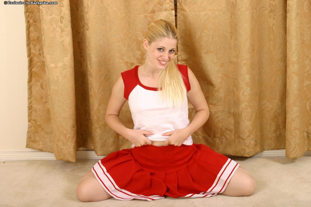 Charlotte Stokely стягивает униформу и тонги чтоб показать бритую киску