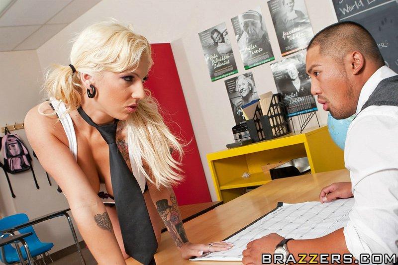 Грязная студентка рвет свои щелки о хер декана