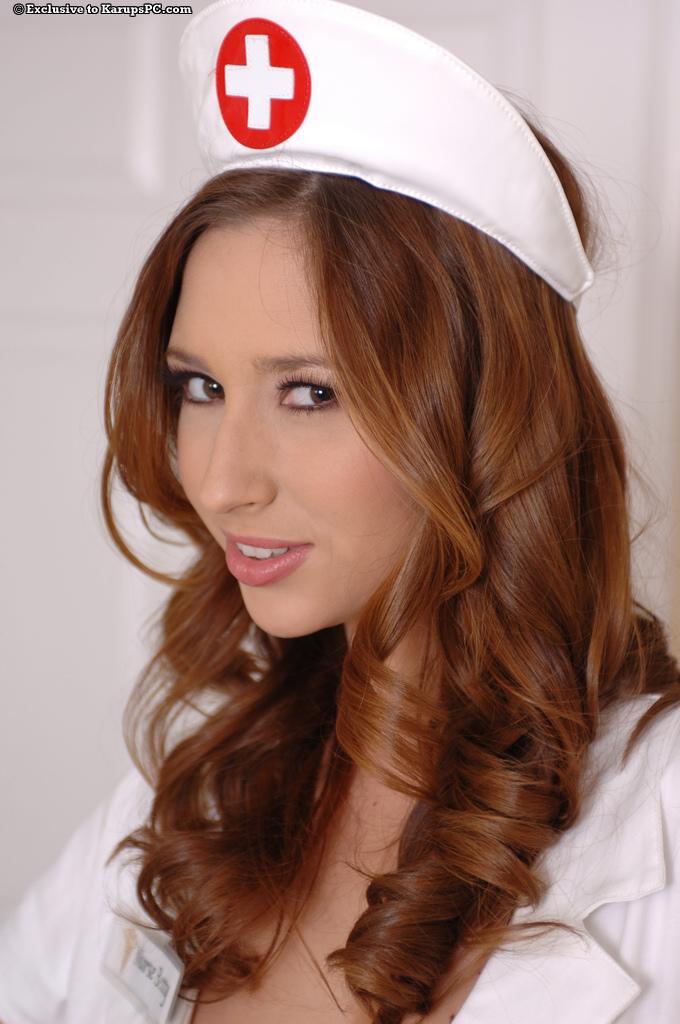 Сисястая детка Shay Laren спускает униформу медсестры и возбуждающе раскрывает соблазнтельную письку
