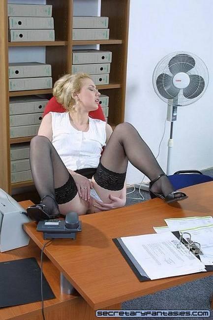 Секретарка на работе удовлетворяет себя