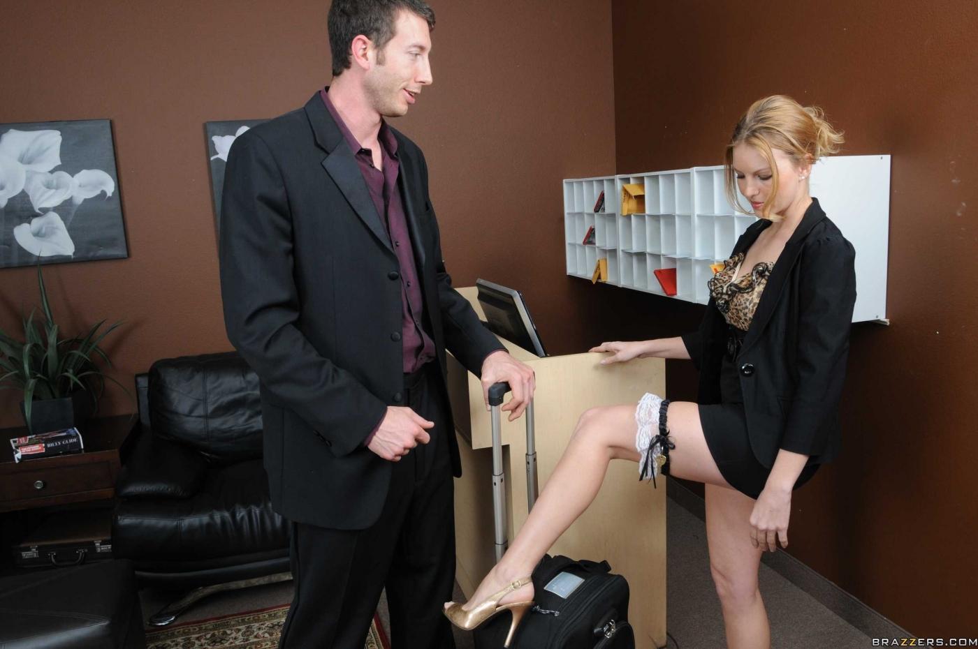 Сисястая милашка Mason Moore снимает униформу и сношается в гостинице отеля