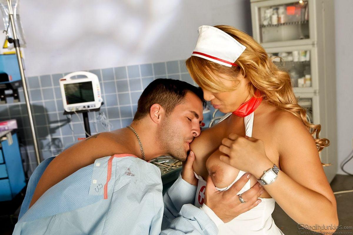 Грудастая куколка в форме медсестры Baylee Lee очень похотливо трахается с пациентом
