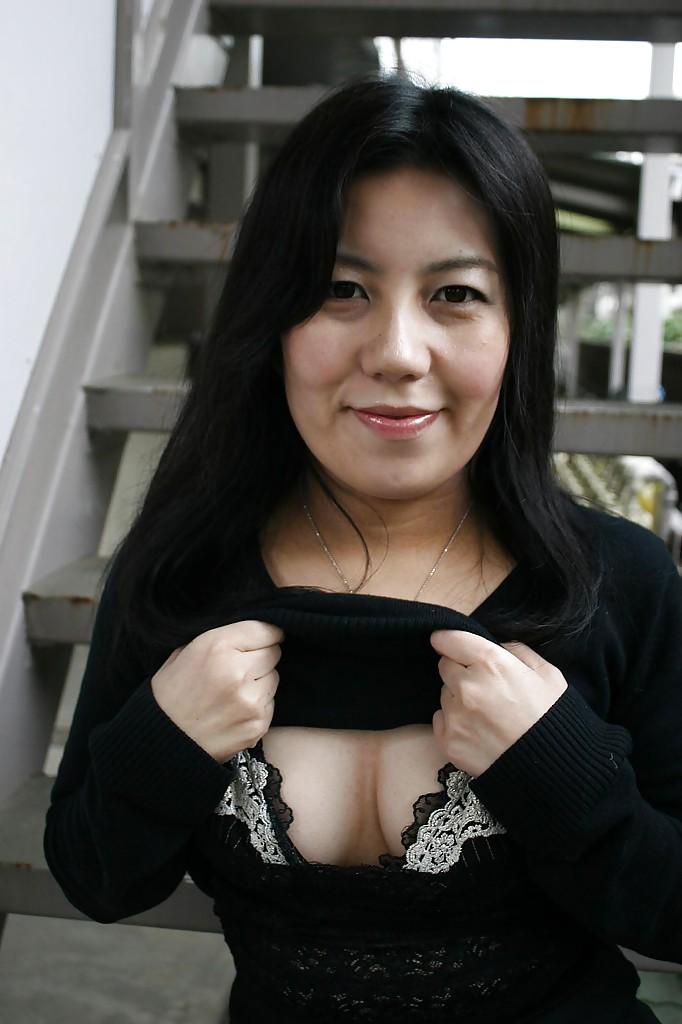 Азиатка оголяет пушистую письку и анус в обеденный перерыв