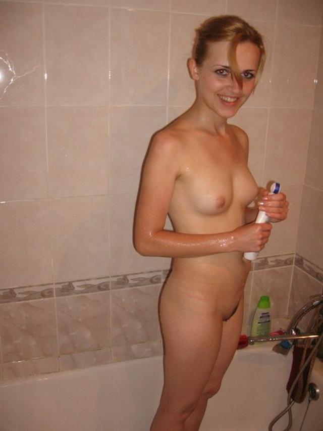 Яркая фрау принимает душ