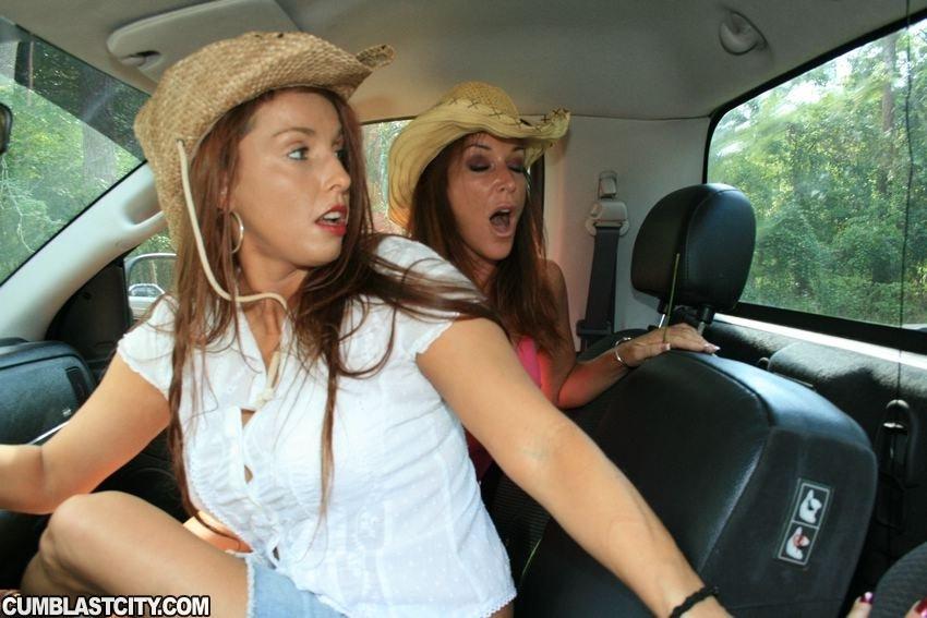 Две бабы в машине онанируют хуй юноше а потом заставили его кончить на лицо